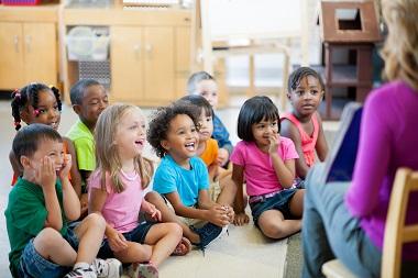 bambini ad un corso di inglese