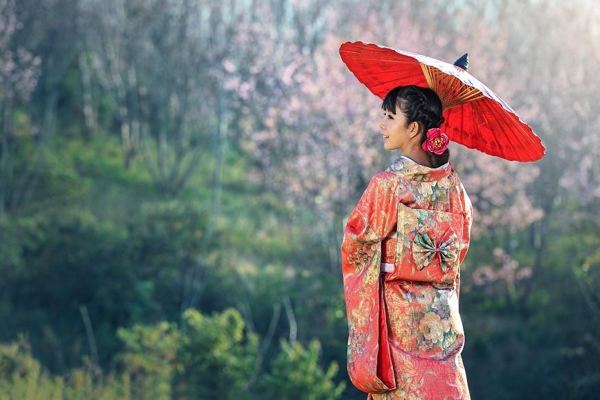 ragazza giapponese con vestito tradizionale