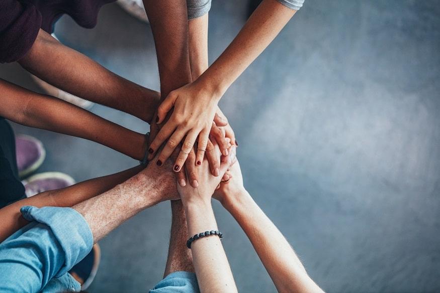 scuola di lingue inlingua Sassari: immagine con mani che si uniscono